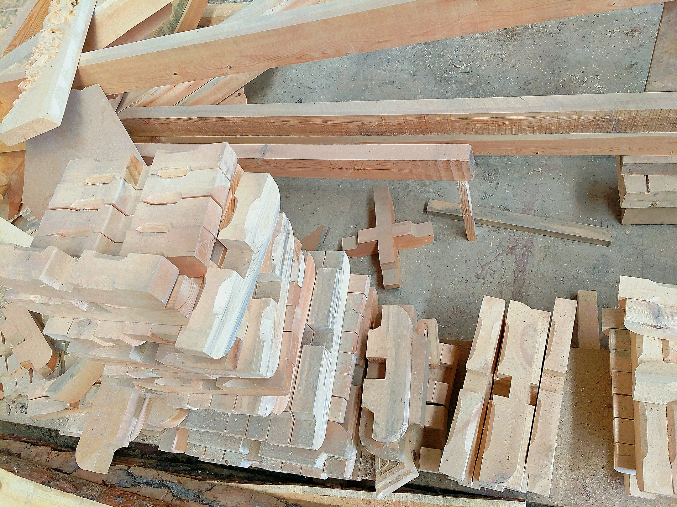 斗拱既作为结构又具有装饰作用,它组成了千姿百态的出檐悬挑形态